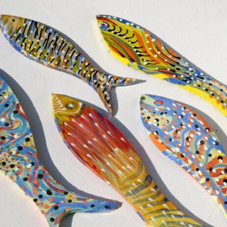 ציור על דגים מקרמיקה