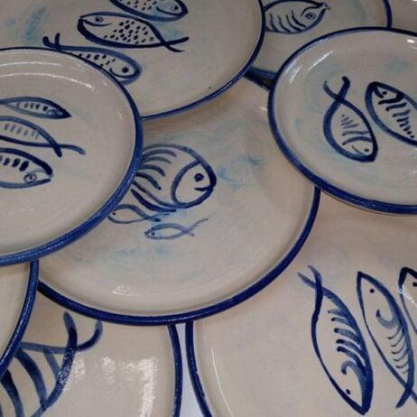 ציורי דגים על צלחות מקרמיקה