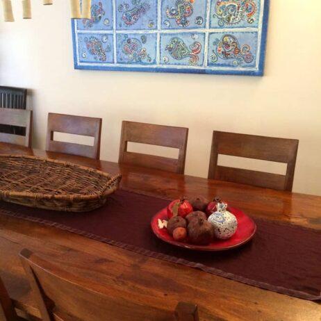 ציור דגים בסמוך לשולחן האוכל